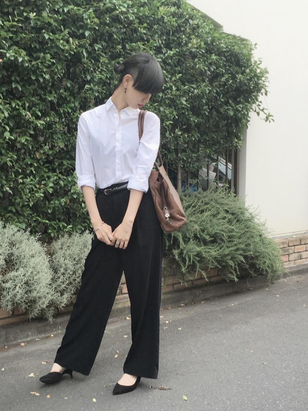研修用襟付きシャツと黒パンツ