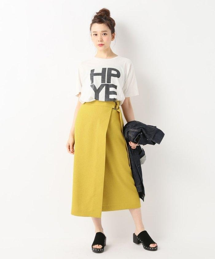 Tシャツとイエロースカートのコーデ
