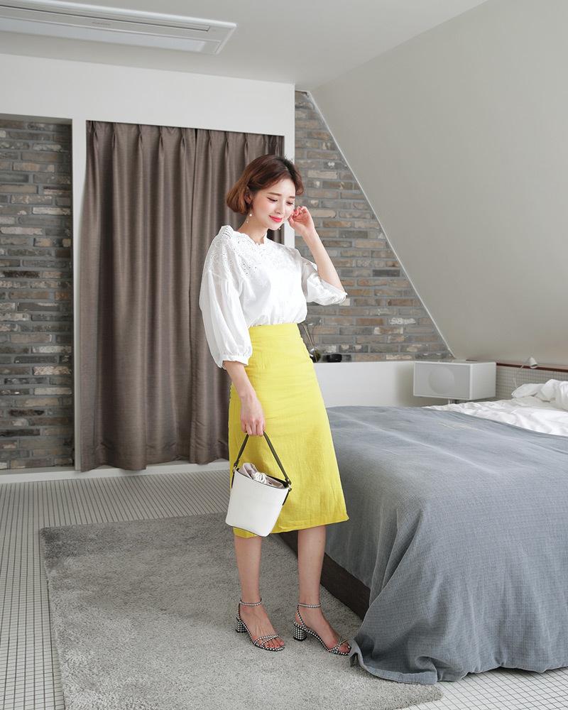 白の刺繍ブラウスとイエロースカートのコーデ