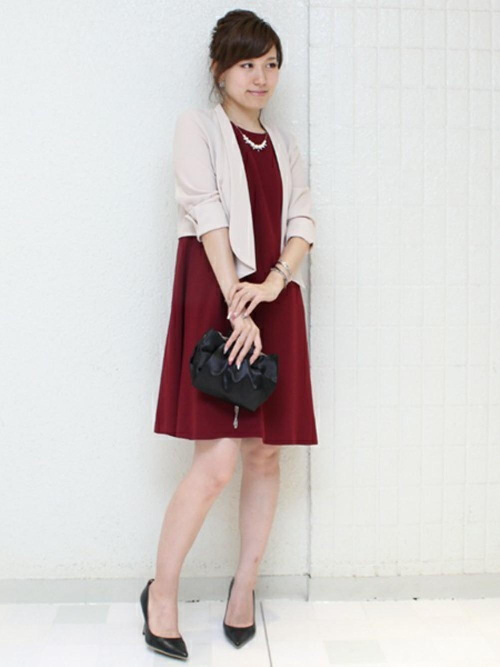 赤ドレスにベージュジャケット