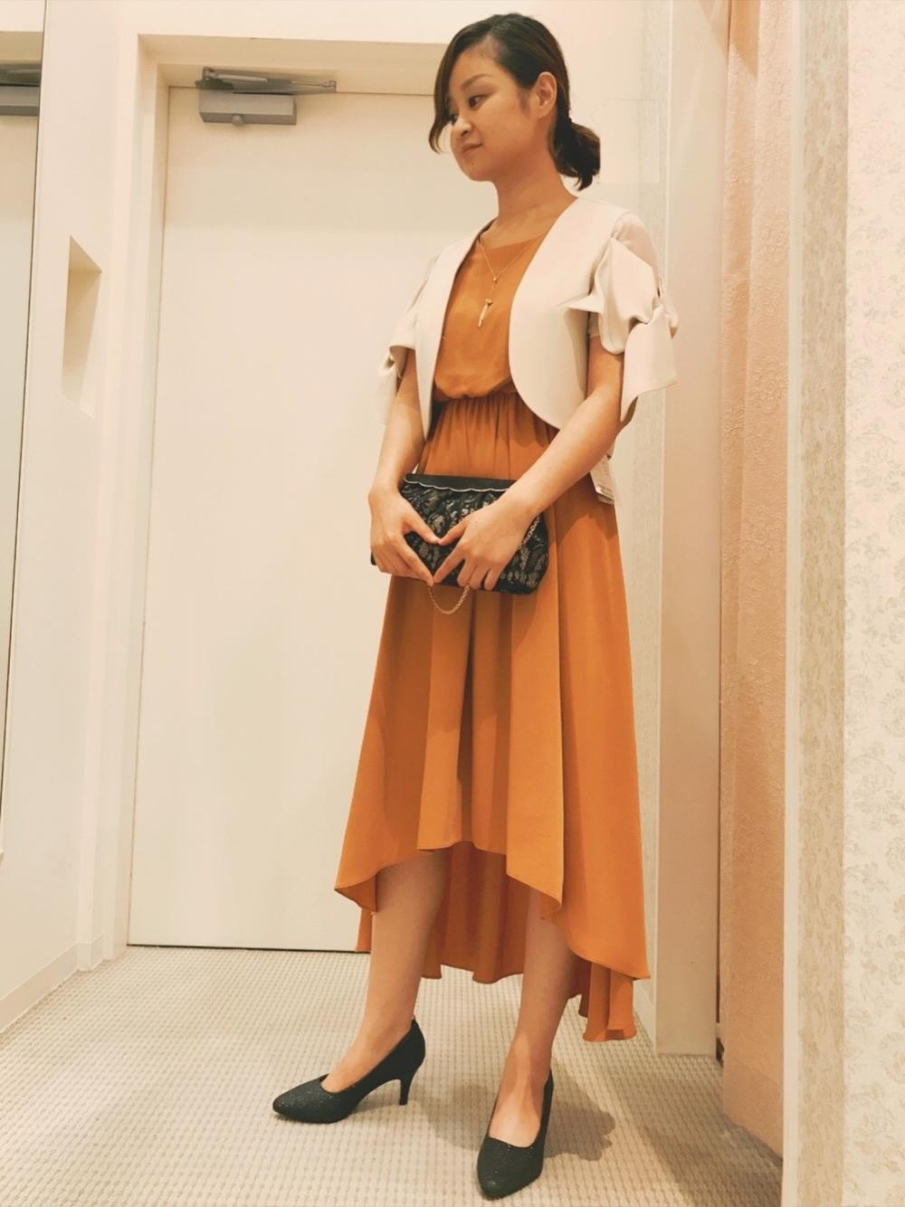 オレンジドレスとベージュジャケット