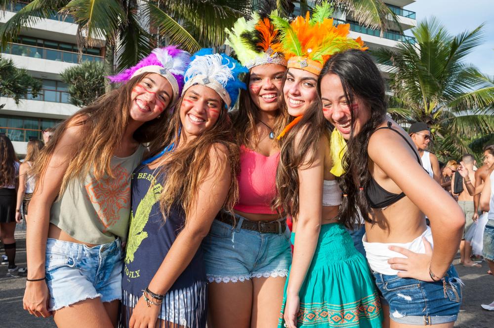 リオのカーニバルに参加する女性達
