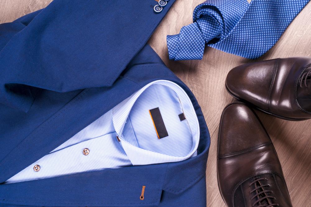 男性用スーツとネクタイ