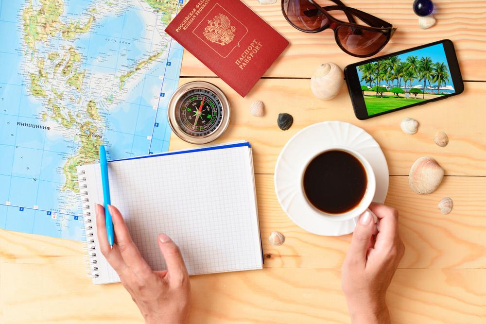 旅行のしおりの内容を考えている女性