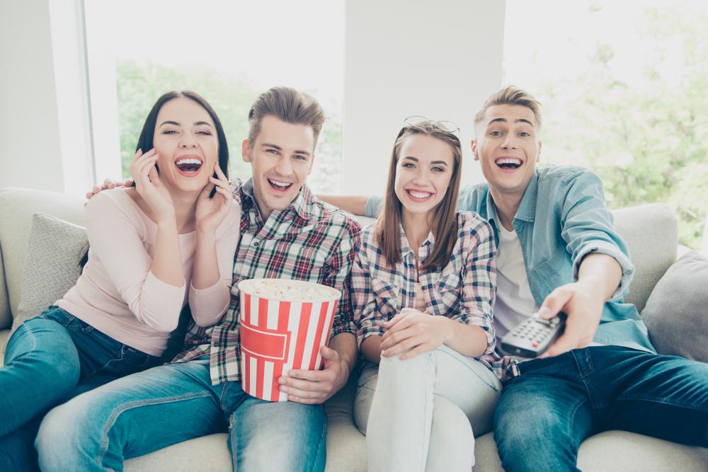 グループで映画を観ている人たち