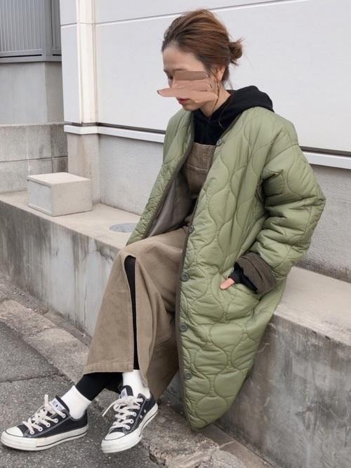 キルティングジャケットを使ったロングサロペットスカートコーデ