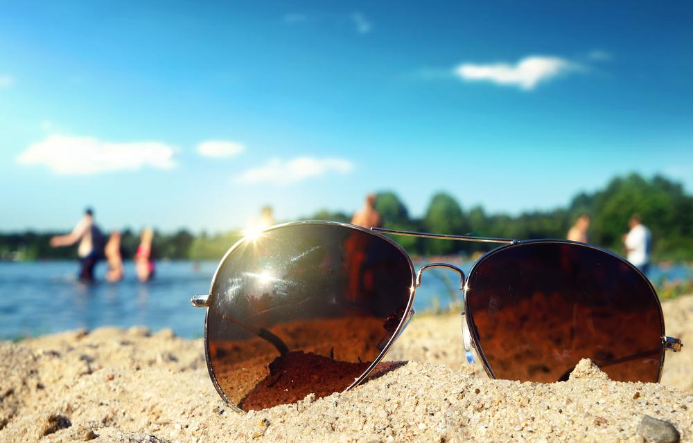 サングラスとビーチ
