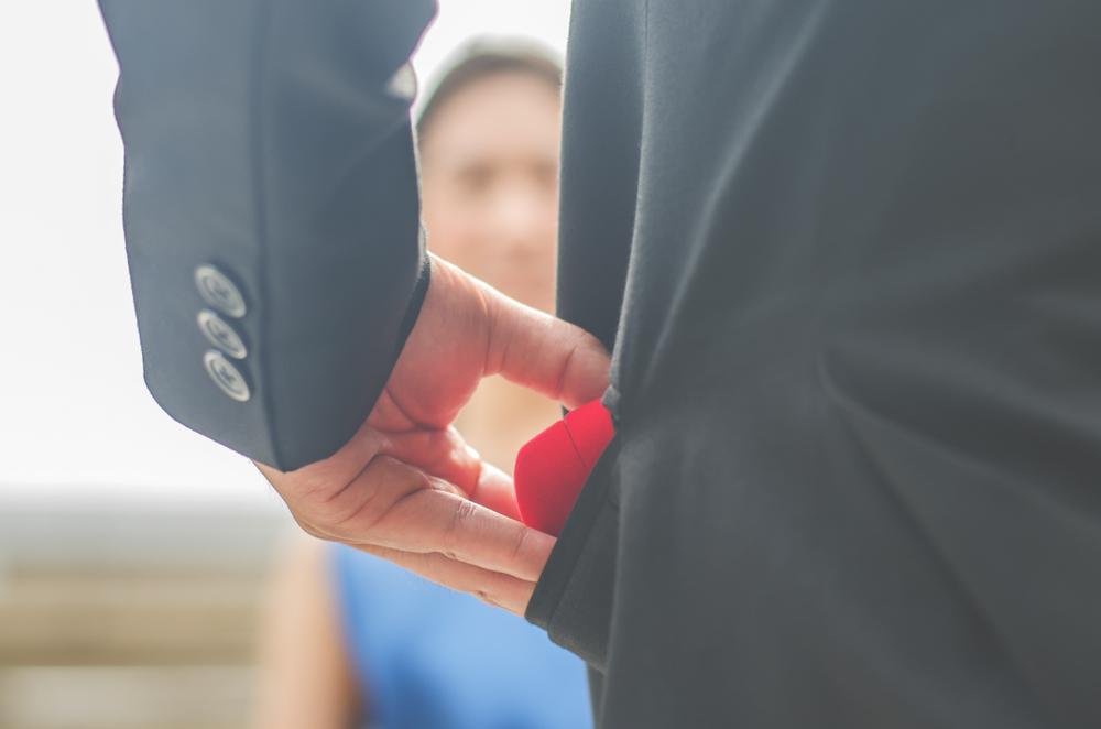 プロポーズしようとする男性の手元