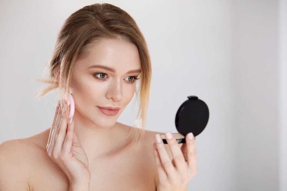 化粧直しをしている女性