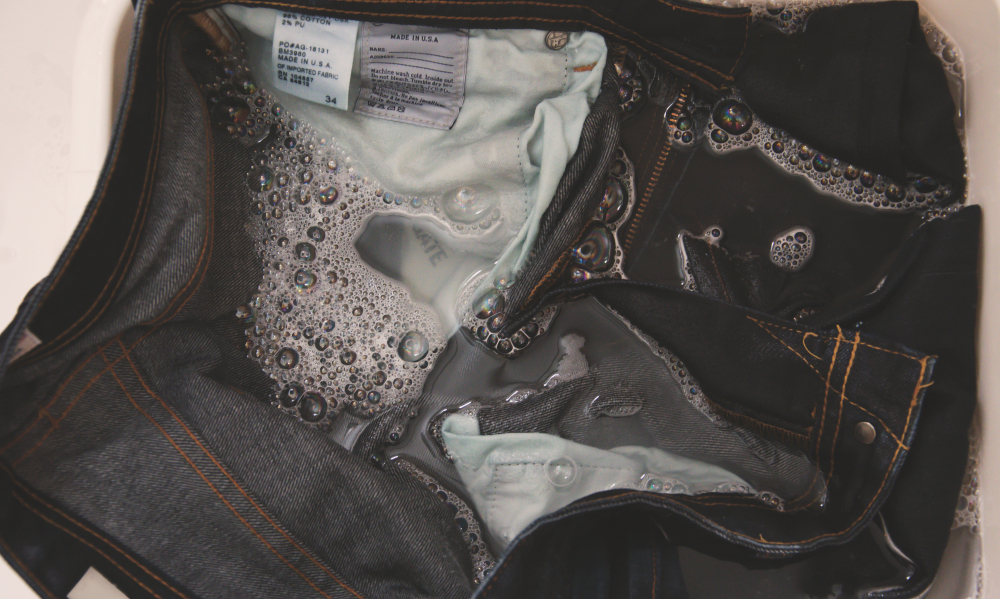 洗濯中のジーンズ