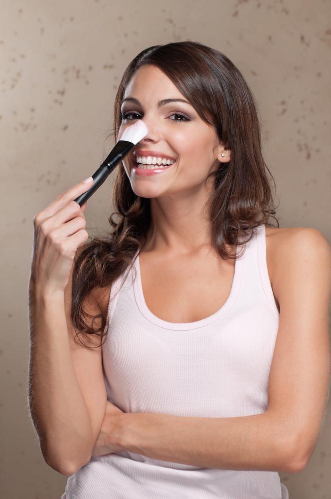 鼻に化粧をしている女性