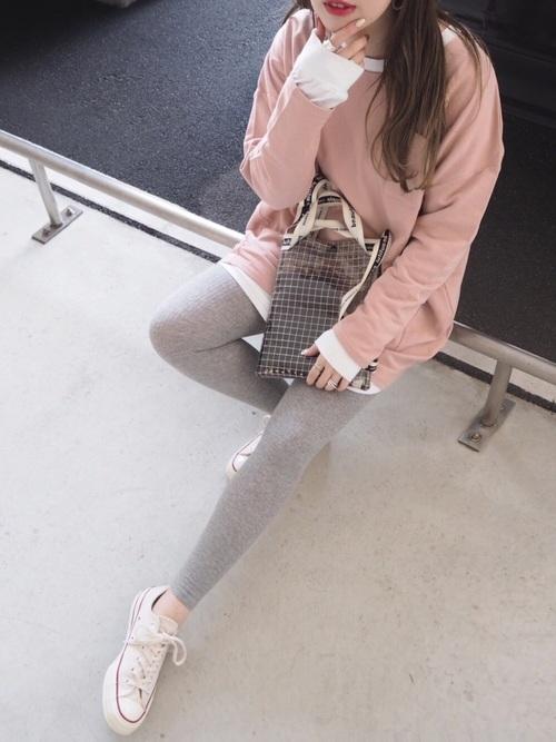 ピンク色トップスを使ったバッティングセンターの服装