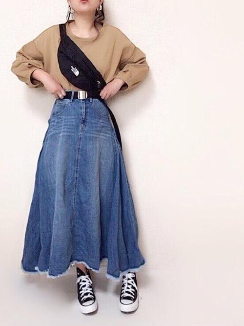 デニムスカートを使ったバッティングセンターの服装