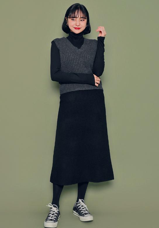 黒ワンピースを使った秋旅行の服装