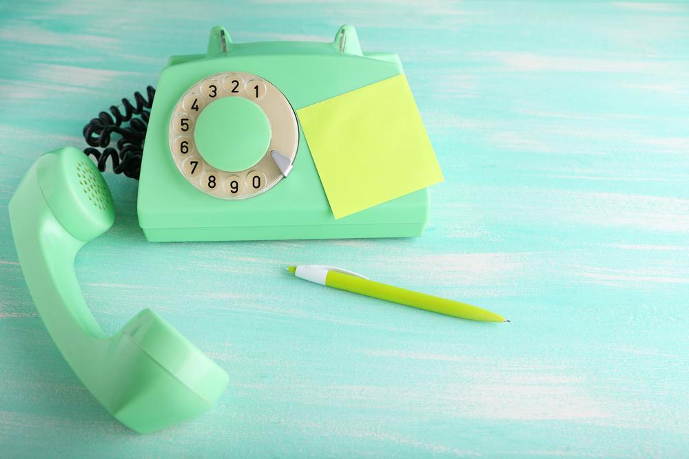 電話とメモ帳とボールペン