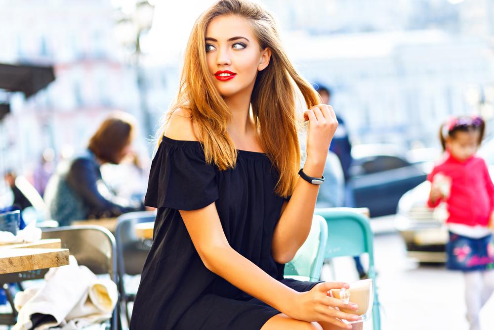 退屈している心理から髪の毛を触る女性