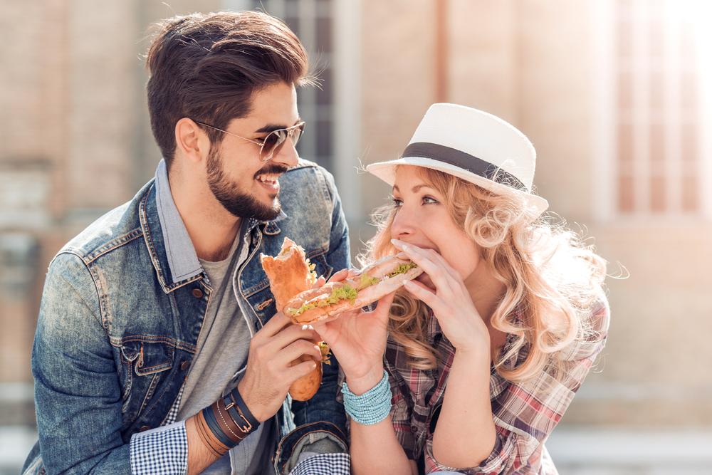 パンを食べる男女