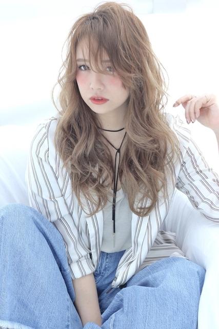 金髪ロング×フェザーな髪型