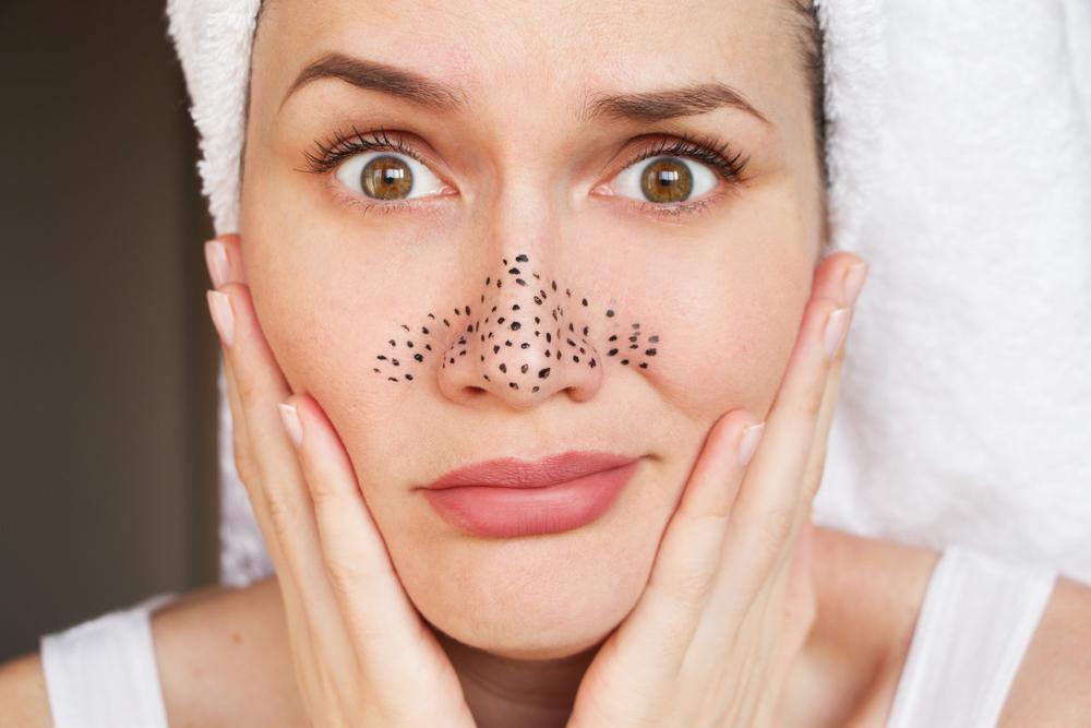 鼻に毛穴の黒ずみを描いている女性