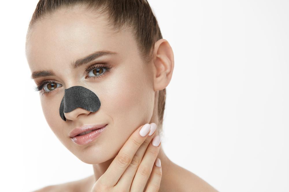 鼻にパックを貼っている女性