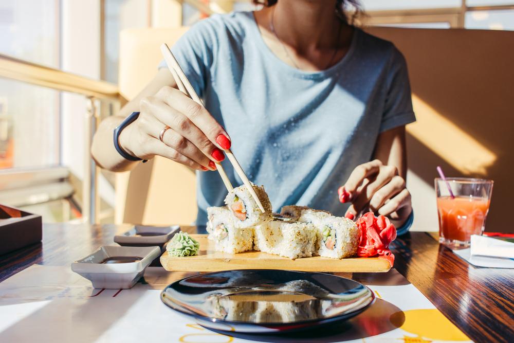 和食を食べる女性