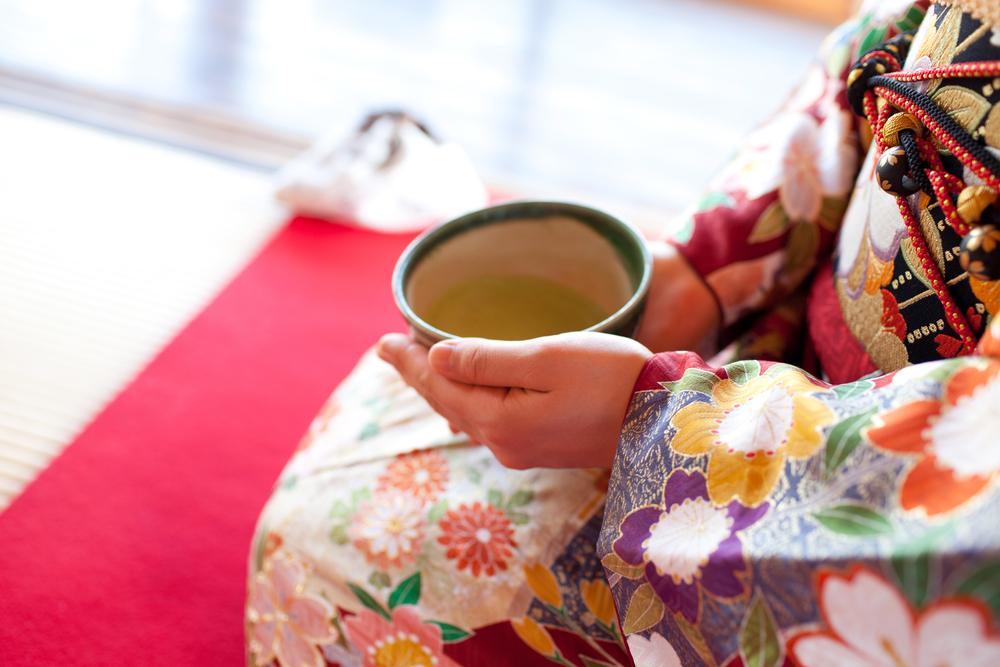 着物姿でお茶碗を持つ女性