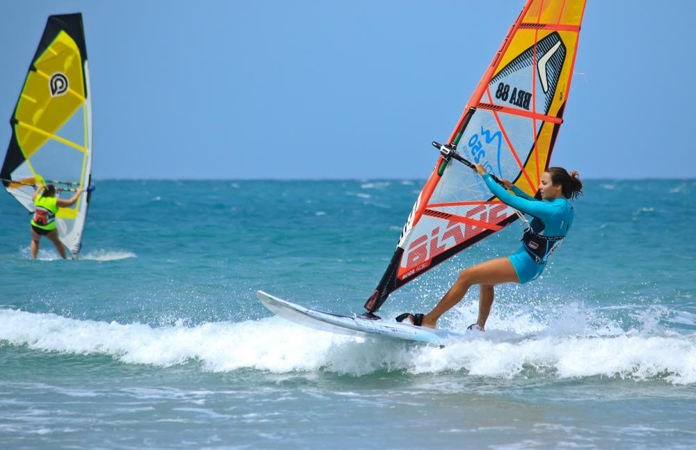 ウインドサーフィンをする女性
