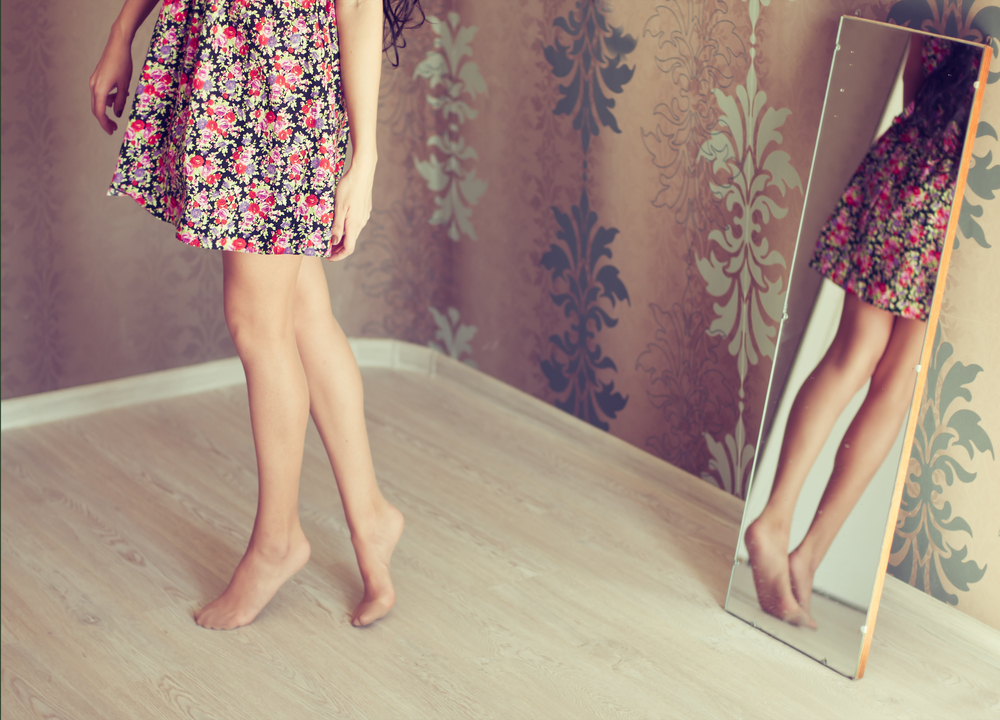 鏡で後ろ姿をチェックする女性