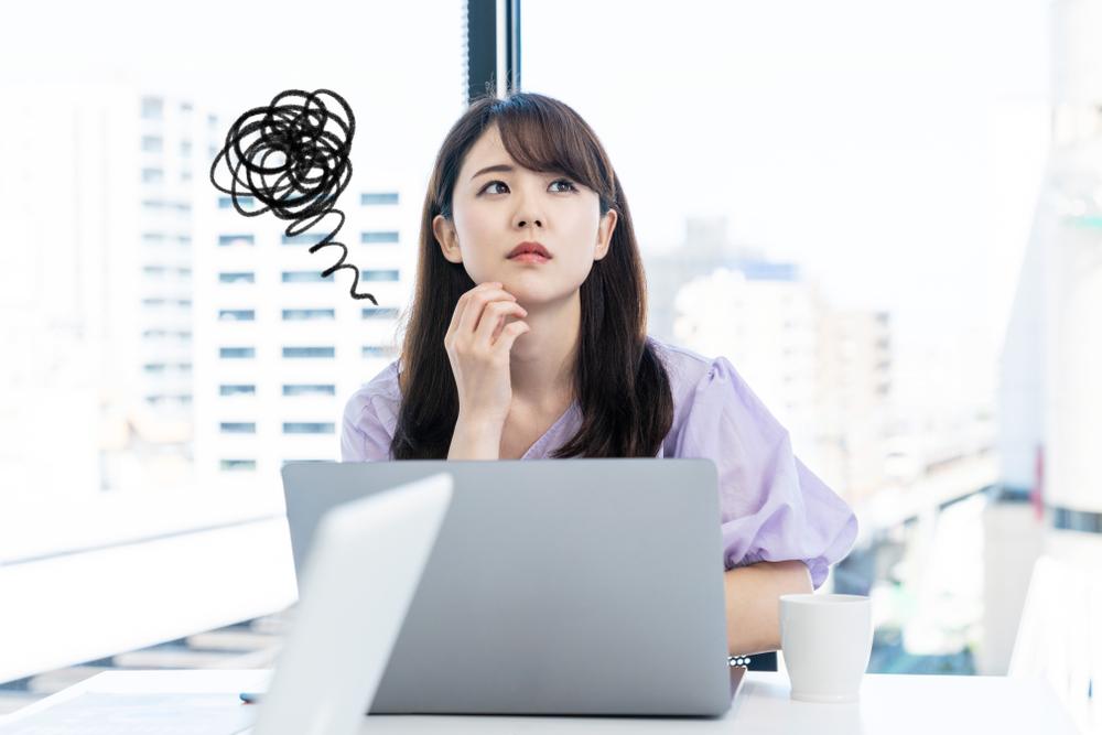 オフィスで悩んでいる女性