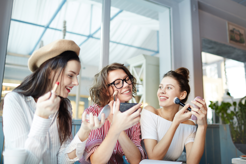 化粧直しをする女子大学生