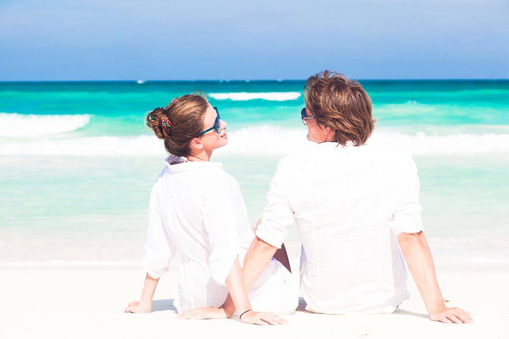 砂浜に座る男女