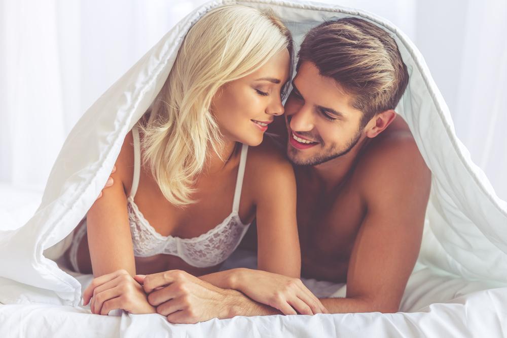 ベッドにいる男女