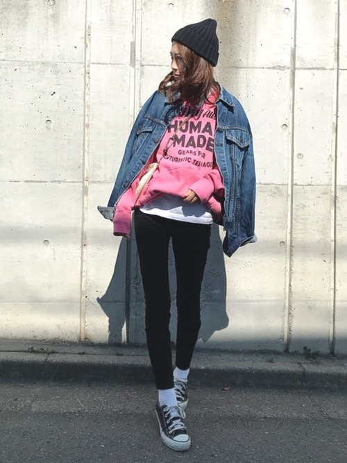 デニムジャケットを使ったピンクパーカーコーデ