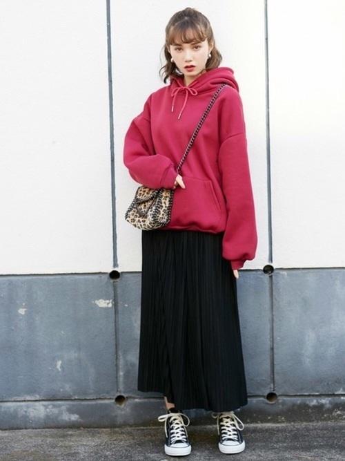 ロングスカートを使ったピンクパーカーコーデ