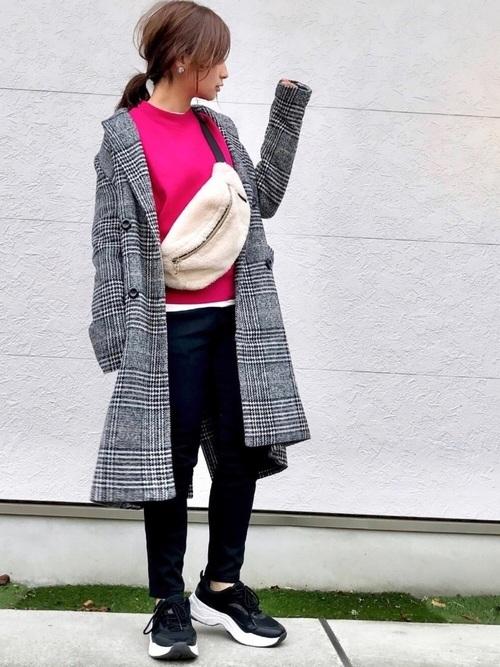 グレンチェックジャケットを使ったピンクパーカーコーデ