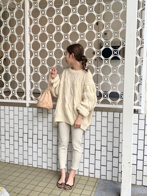 白ニットを使った30代のデート服