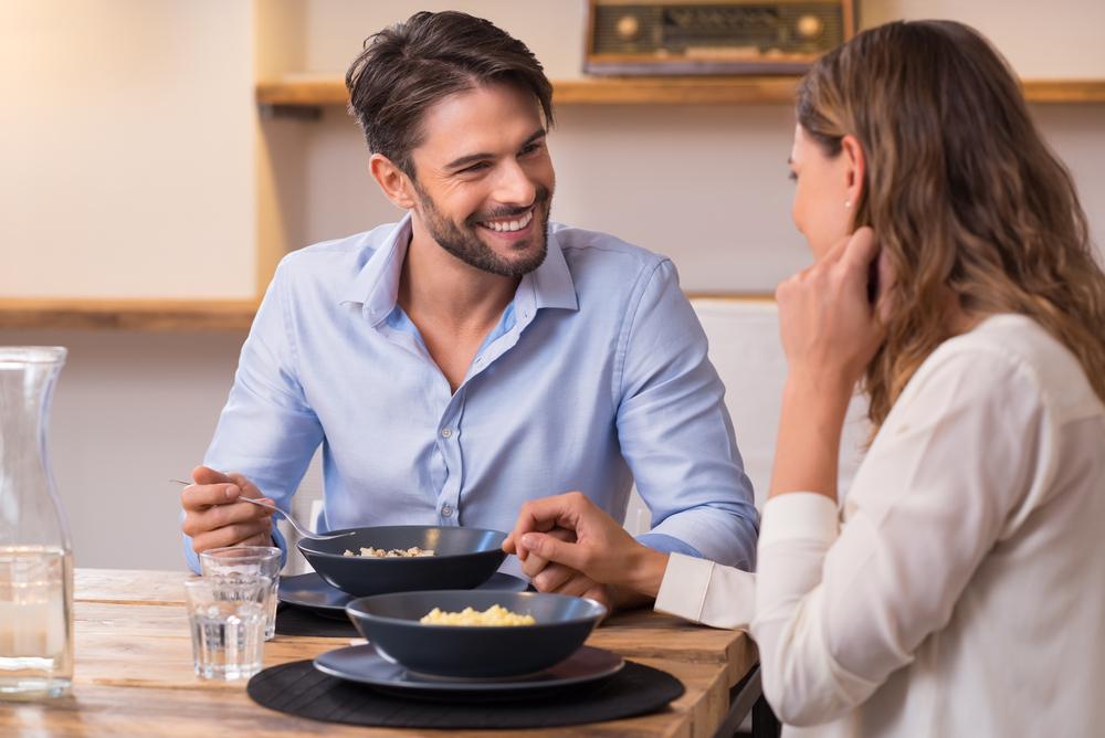 彼氏にサプライズで手料理を振る舞う女性