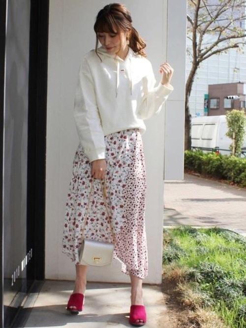 白パーカーに花柄スカート