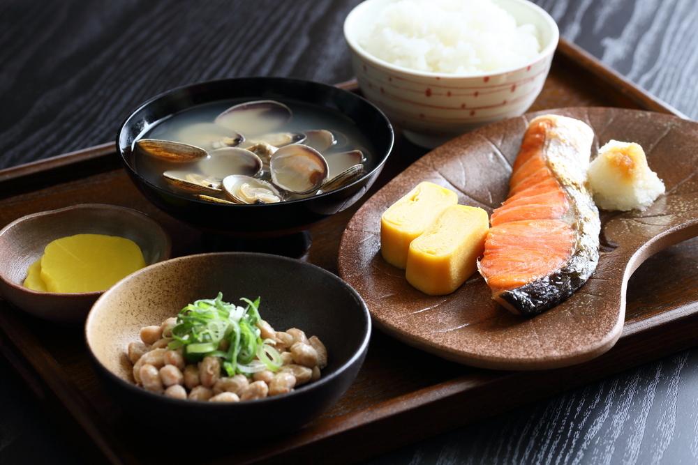お膳に並べられた和食