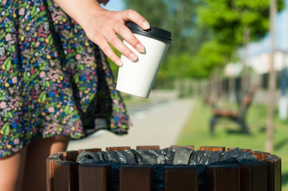 ゴミ箱に捨てる女性