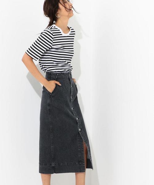 白黒のボーダーTシャツ×黒のロング丈タイトデニムスカートのコーデ