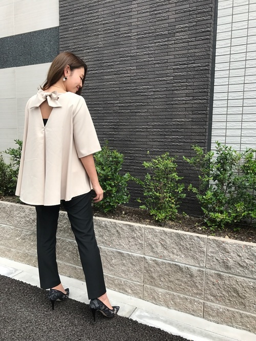 AラインTシャツ×黒パンツ