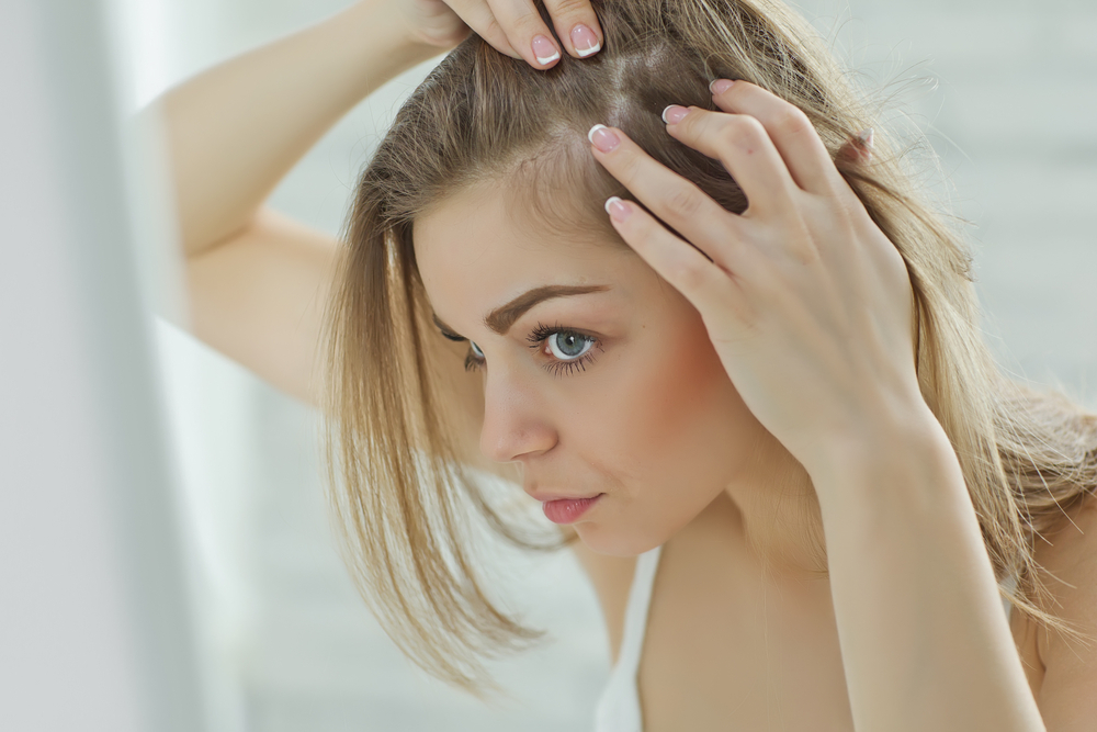 頭皮を観察している女性