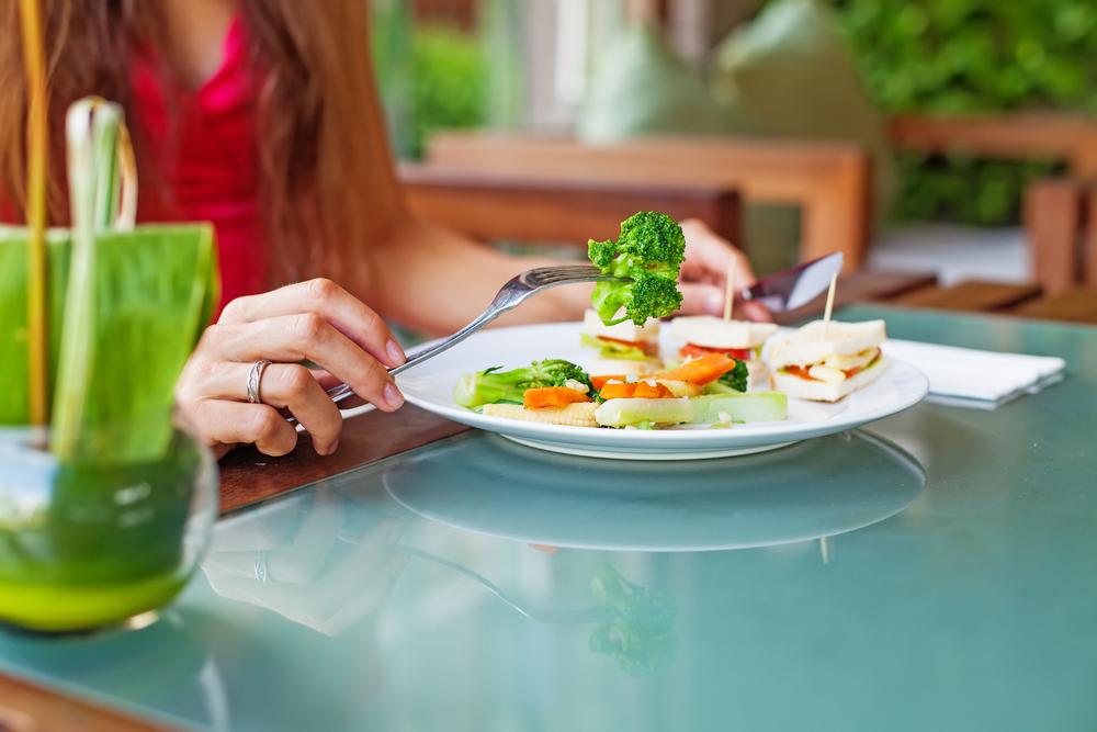 温野菜を食べる女性