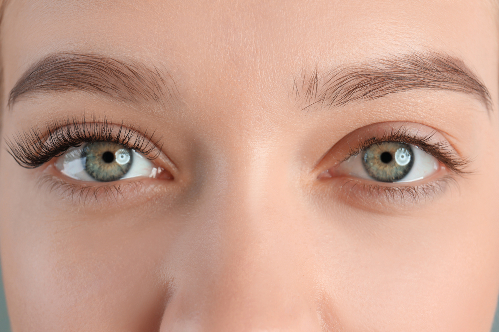 眉毛が太めの外国人女性