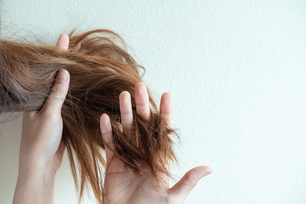 うねる髪の毛を手に取る女性