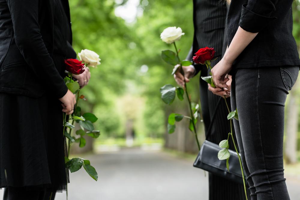 献花をする女性