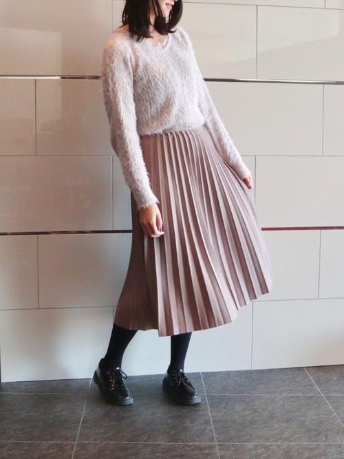 ニット×グレージュスカート