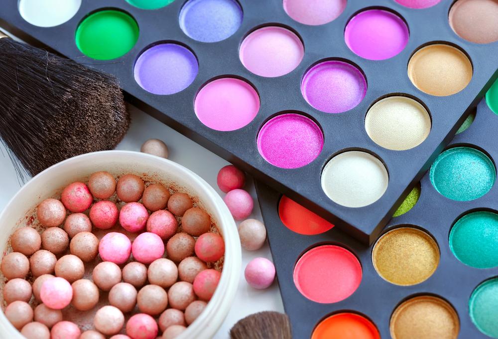 色々なカラーのアイシャドウパレット