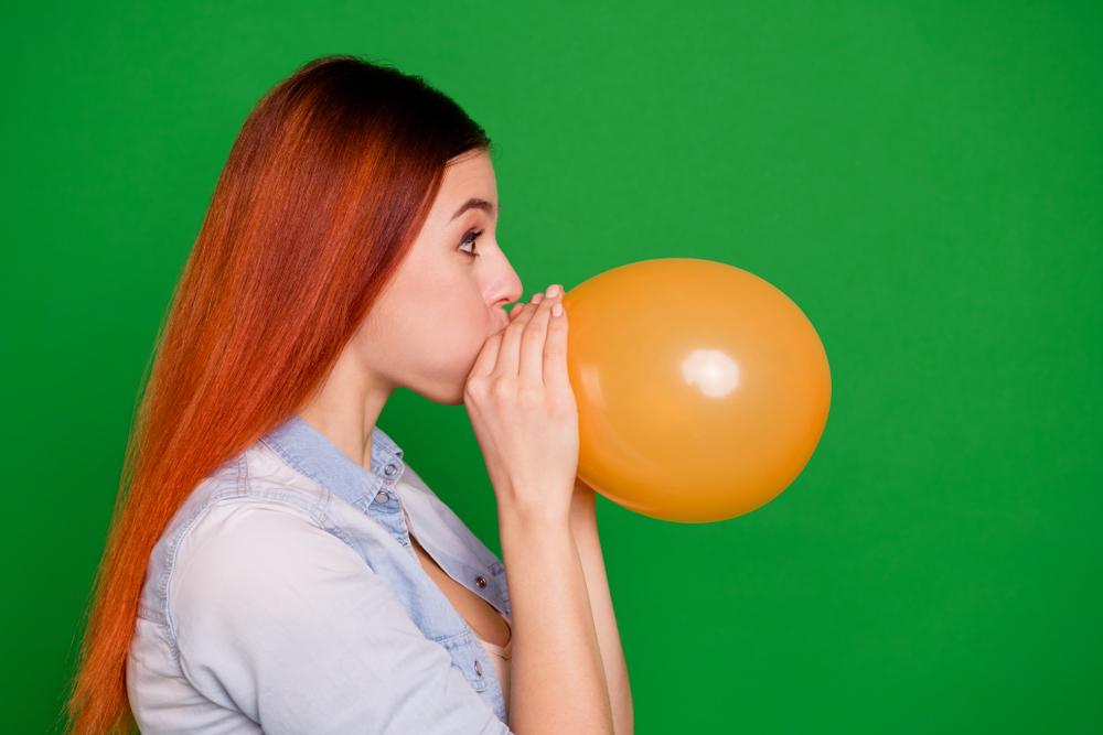 風船ダイエットをしている女性